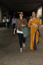 Kareena Kapoor snapped at airport on 5th Oct 2016 (20)_57f5e08c35b94.JPG