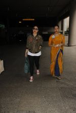 Kareena Kapoor snapped at airport on 5th Oct 2016 (21)_57f5e09bb761e.JPG