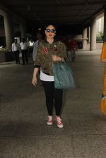 Kareena Kapoor snapped at airport on 5th Oct 2016 (27)_57f5e0fa04138.JPG