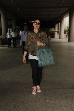 Kareena Kapoor snapped at airport on 5th Oct 2016 (28)_57f5e11115ec0.JPG