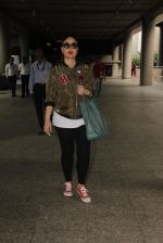Kareena Kapoor snapped at airport on 5th Oct 2016 (29)_57f5e12830d10.JPG