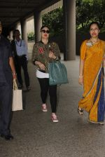 Kareena Kapoor snapped at airport on 5th Oct 2016 (30)_57f5e14a9f4fc.JPG