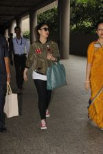 Kareena Kapoor snapped at airport on 5th Oct 2016 (31)_57f5e169c63bc.JPG