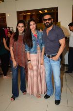 Mana Shetty, Athiya Shetty, Sunil Shetty at Araish in Mumbai on 4th Oct 2016 (125)_57f5d23925880.JPG