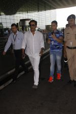 Ravi Kishan snapped at airport on 5th Oct 2016 (17)_57f5e15ba3506.JPG