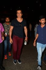 Sonu Sood snapped at airport on 5th Oct 2016 (52)_57f5e17606b4c.JPG