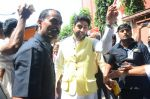 Abhishek Bachchan at asthami pooja at ram krishna mission on 8th Oct 2016 (15)_57fb21205c8bd.JPG