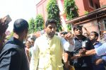 Abhishek Bachchan at asthami pooja at ram krishna mission on 8th Oct 2016 (16)_57fb212b3fc7e.JPG