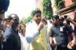 Abhishek Bachchan at asthami pooja at ram krishna mission on 8th Oct 2016 (18)_57fb2140330f7.JPG