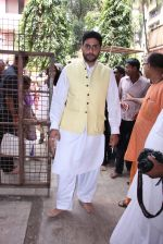 Abhishek Bachchan at asthami pooja at ram krishna mission on 8th Oct 2016 (19)_57fb214d2cf05.JPG