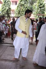 Abhishek Bachchan at asthami pooja at ram krishna mission on 8th Oct 2016 (23)_57fb21903d86f.JPG