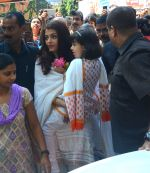 Aishwarya Rai Bachchan at asthami pooja at ram krishna mission on 8th Oct 2016 (58)_57fb225f7b888.JPG