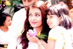 Aishwarya Rai Bachchan at asthami pooja at ram krishna mission on 8th Oct 2016 (60)_57fb22c64b5e0.JPG