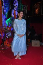 Alia BHatt at Durga Pooja on 8th Oct 2016 (124)_57fb16f39b25c.JPG