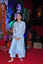Alia BHatt at Durga Pooja on 8th Oct 2016 (126)_57fb171aa309a.JPG