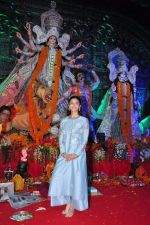 Alia BHatt at Durga Pooja on 8th Oct 2016 (129)_57fb178c84872.JPG
