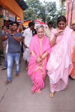 Jaya Bachchan,Shweta Nanda at asthami pooja at ram krishna mission on 8th Oct 2016 (11)_57fb23563088d.JPG