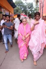Jaya Bachchan,Shweta Nanda at asthami pooja at ram krishna mission on 8th Oct 2016 (12)_57fb23705fc0d.JPG