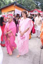 Jaya Bachchan,Shweta Nanda at asthami pooja at ram krishna mission on 8th Oct 2016 (6)_57fb2327aef37.JPG