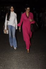 Jhanvi Kapoor, Sridevi snapped at airport on 9th Oct 2016 (24)_57fb6eb264017.JPG