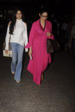 Jhanvi Kapoor, Sridevi snapped at airport on 9th Oct 2016 (25)_57fb6ec095ba3.JPG