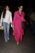Jhanvi Kapoor, Sridevi snapped at airport on 9th Oct 2016 (26)_57fb6ebe49371.JPG