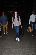 Karisma Kapoor snapped at airport on 9th Oct 2016 (21)_57fb6bae67180.JPG