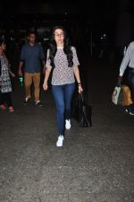 Karisma Kapoor snapped at airport on 9th Oct 2016 (22)_57fb6bc1b73c0.JPG