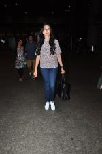Karisma Kapoor snapped at airport on 9th Oct 2016 (23)_57fb6bcc384ec.JPG