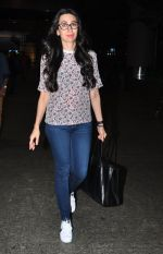 Karisma Kapoor snapped at airport on 9th Oct 2016 (24)_57fb6bd8af72f.JPG