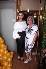 Malaika Arora Khan snapped at patisserie a saluti (5)_57fb1cf265952.JPG
