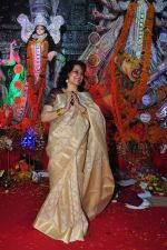 Moushumi Chatterjee at Durga Pooja on 10th Oct 2016 (37)_57fb77ff78d38.JPG