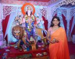 Sonali Kulkarni visited Worli Sarvajanik Navratra Mahotsav Mandal to blesing of Ma Durga at Worli on 8th Oct 2016 (3)_57fb68a3db07f.JPG
