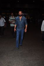Sunil Shetty snapped at airport on 9th Oct 2016 (15)_57fb6bcb7c191.JPG
