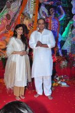Sunita, Ashutosh Gowariker at Durga Pooja on 8th Oct 2016 (1)_57fb1ab6e9f94.JPG