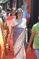 Tanuja at Durga Pooja on 8th Oct 2016 (78)_57fb18e62d56c.JPG