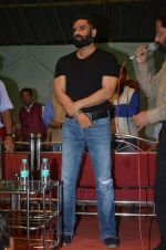 sunil shetty at durga pooja on 8th Oct 2016 (10)_57fb23fbf1ad5.JPG