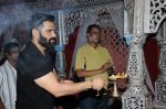 sunil shetty at durga pooja on 8th Oct 2016 (15)_57fb24637e203.JPG
