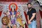 sunil shetty at durga pooja on 8th Oct 2016 (16)_57fb2473d0e4a.JPG
