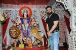 sunil shetty at durga pooja on 8th Oct 2016 (17)_57fb24894e11f.JPG