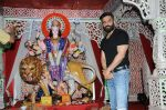 sunil shetty at durga pooja on 8th Oct 2016 (18)_57fb24a25c2e1.JPG