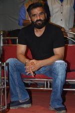 sunil shetty at durga pooja on 8th Oct 2016 (5)_57fb23b885d9e.JPG