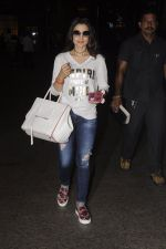Ameesha Patel snapped at airport on 10th Oct 2016 (23)_57fc7f07de393.JPG