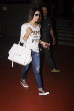 Ameesha Patel snapped at airport on 10th Oct 2016 (24)_57fc7f1a55bdf.JPG