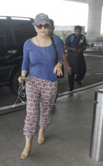 Preity Zinta snapped at airport on 11th Oct 2016 (21)_57fc7da84ea16.JPG