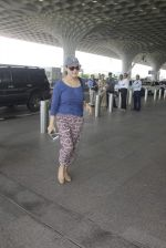 Preity Zinta snapped at airport on 11th Oct 2016 (25)_57fc7df388675.JPG