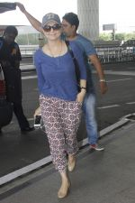 Preity Zinta snapped at airport on 11th Oct 2016 (17)_57fc7d4bb613c.JPG