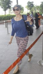 Preity Zinta snapped at airport on 11th Oct 2016 (27)_57fc7e0c7be7c.JPG