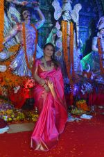 Rani Mukherjee at Durga Pooja on 10th Oct 2016 (4)_57fc7c5da95ac.JPG