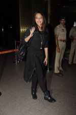 Sonakshi Sinha snapped at airport on 10th Oct 2016 (51)_57fc7eff98328.JPG